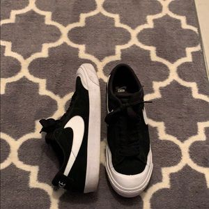 Men's black and white Nike's zoom air SB